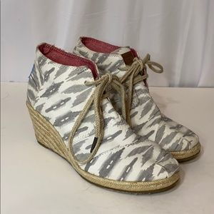 Toms Wedge Booties 7.5 Tribal Ikat Gray White